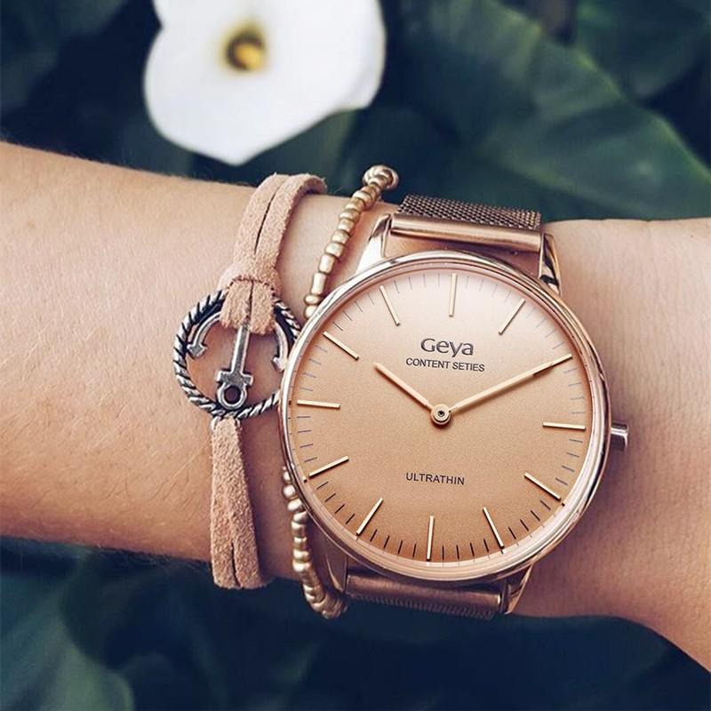 часы с круглым циферблатом и золотым тканевым ремешком