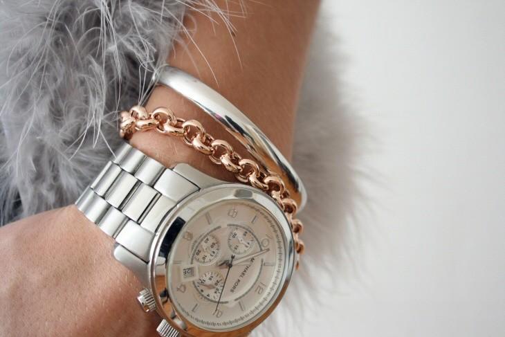 часы с круглым циферблатом и серебристым металлическим ремешком