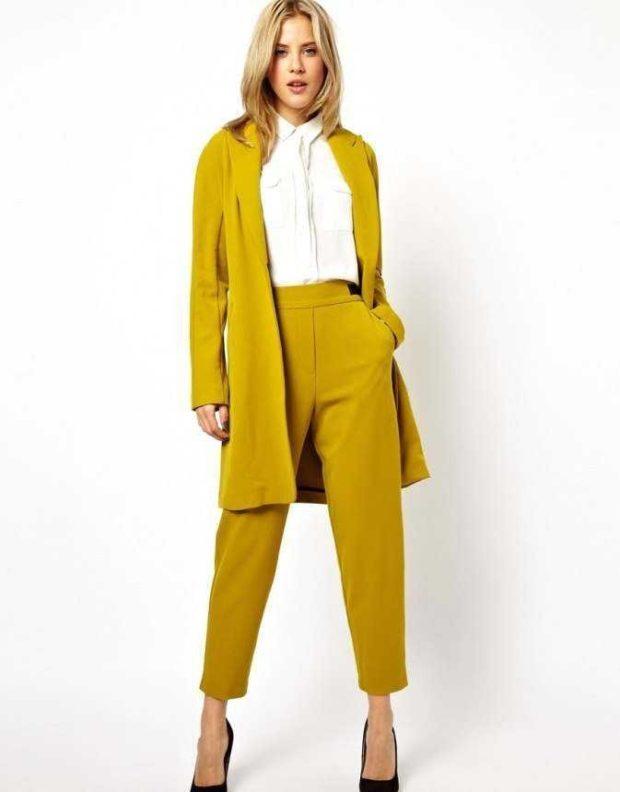 пиджак брюки короткие горчичный цвет