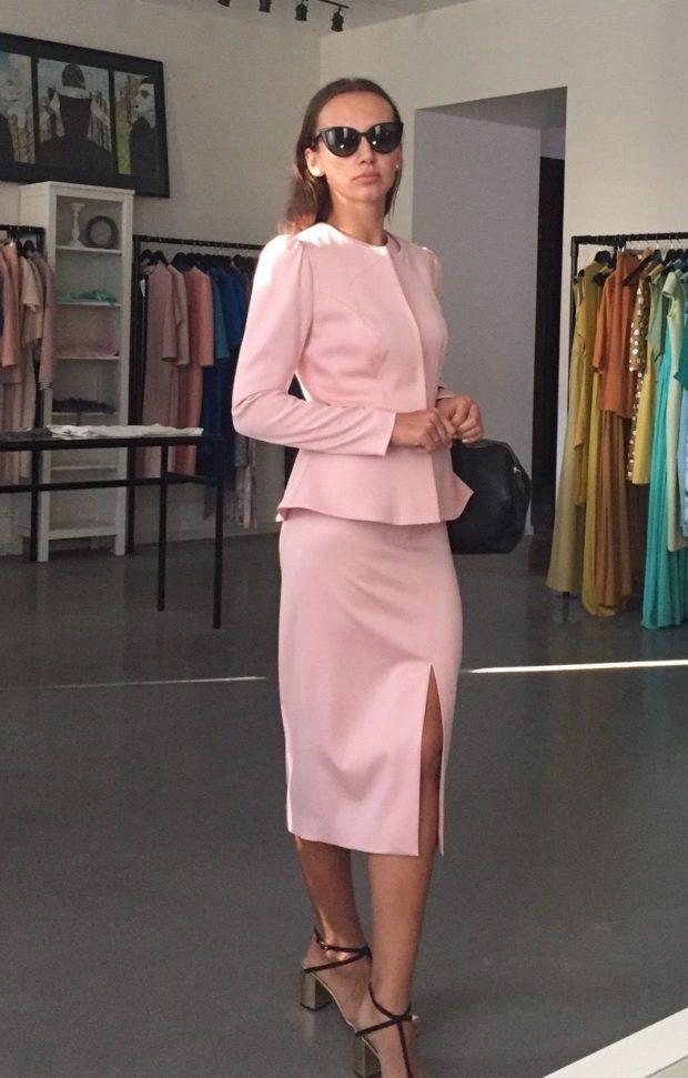 костюм пиджак с баской юбка ниже колена розовый