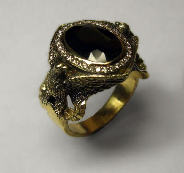 на какой руке носят перстень мужчины: орел с камнем