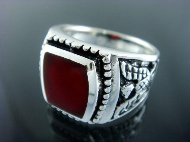 на какой руке носят перстень мужчины: серебряный красный камень