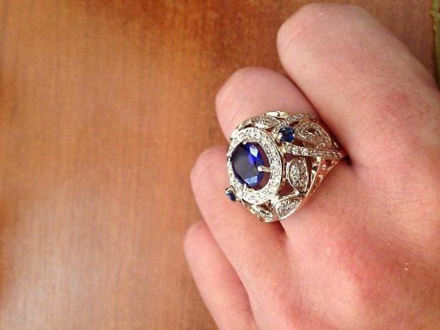 как правильно носить перстень мужчине: серебро с голубым камнем