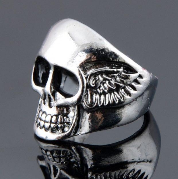 как правильно носить перстень мужчине: серебряный в виде черепа