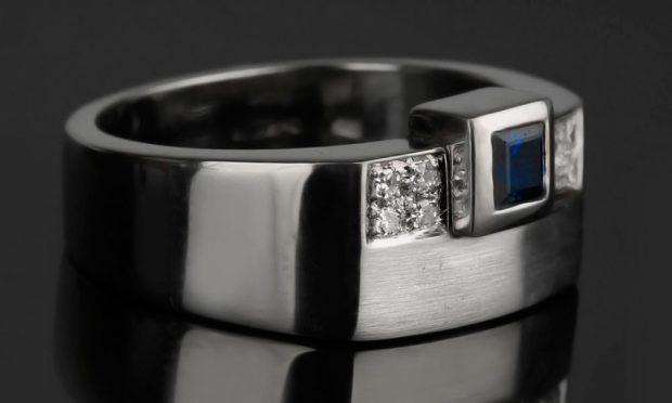 как правильно носить перстень мужчине: серебряный с камнем синим