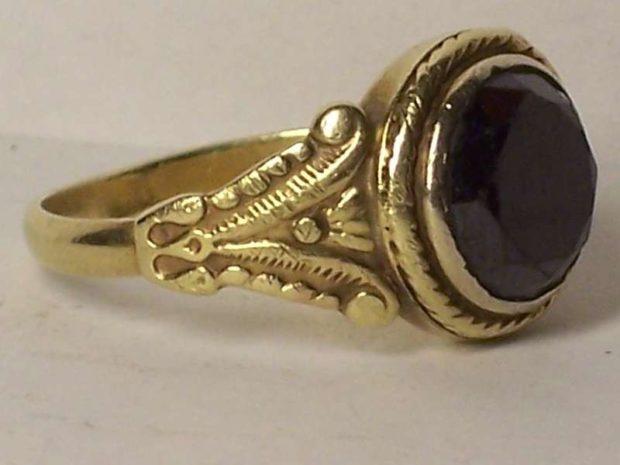 как правильно носить перстень мужчине: золотой с черным камнем