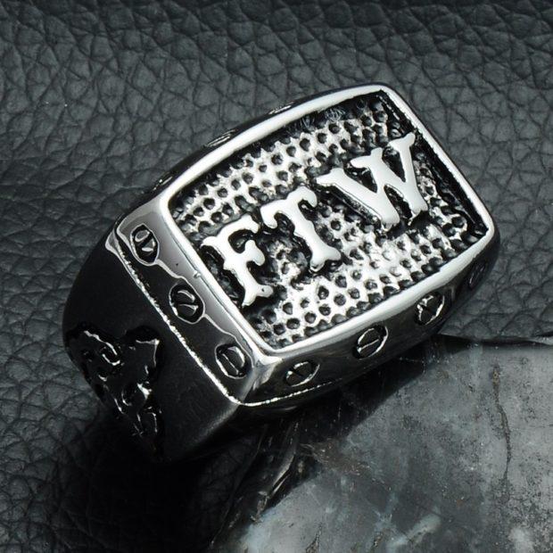 как правильно носить перстень мужчине: серебристый с надписями