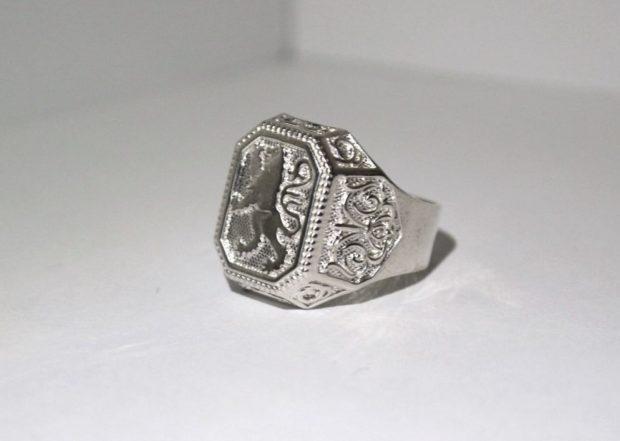 как правильно носить перстень мужчине: серебристый с орнаментами