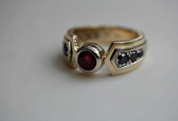 как правильно носить перстень мужчине: золотое кольцо с бордовым камнем