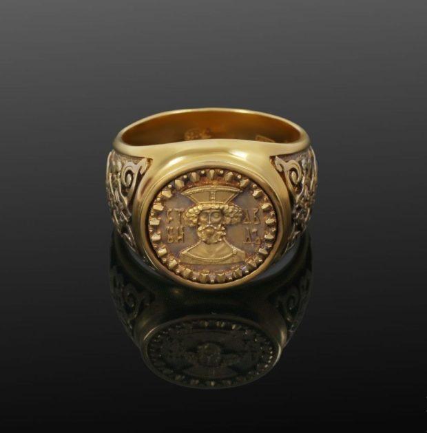 как носить кольца на пальцах мужчине: золотой круглый с рисунками