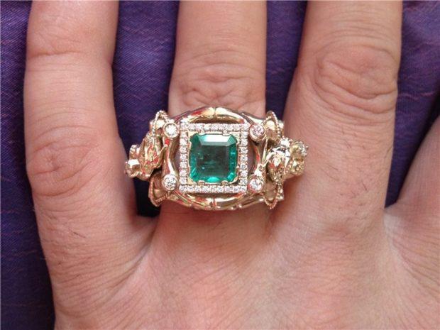 золотой перстень с камне зеленым