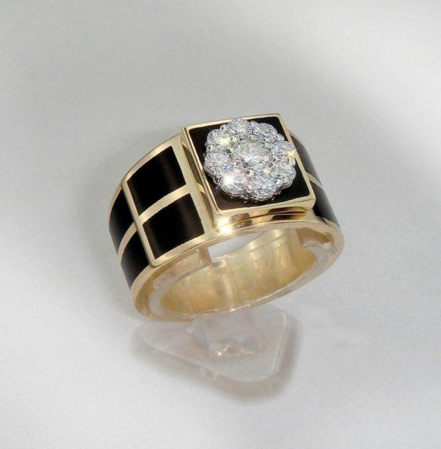 золотое с черным камнем