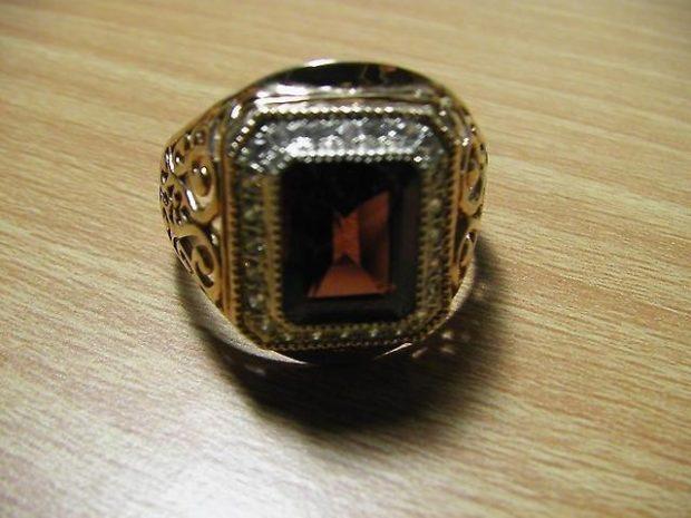 золотой с коричневым камнем