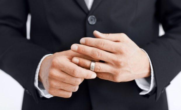 кольцо серебряное на безымянном пальце