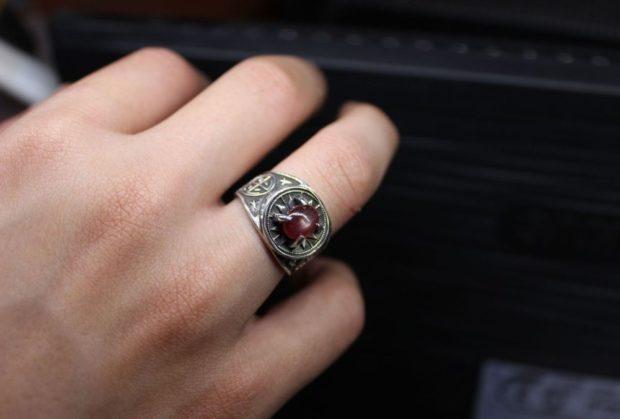 серебро с красным камнем на безымянном пальце