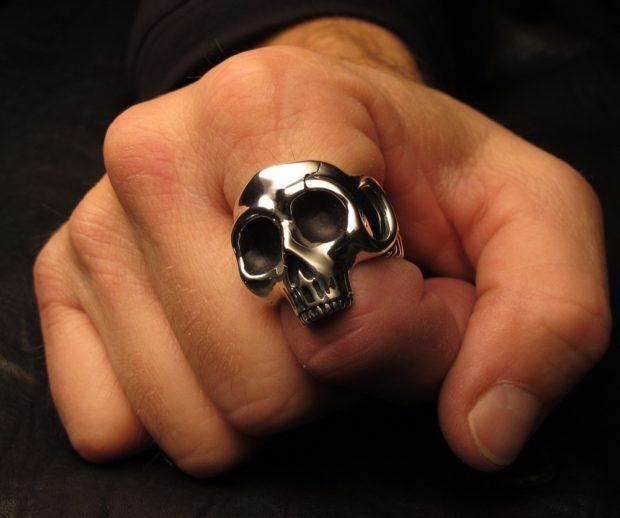 серебро череп на указательном пальце