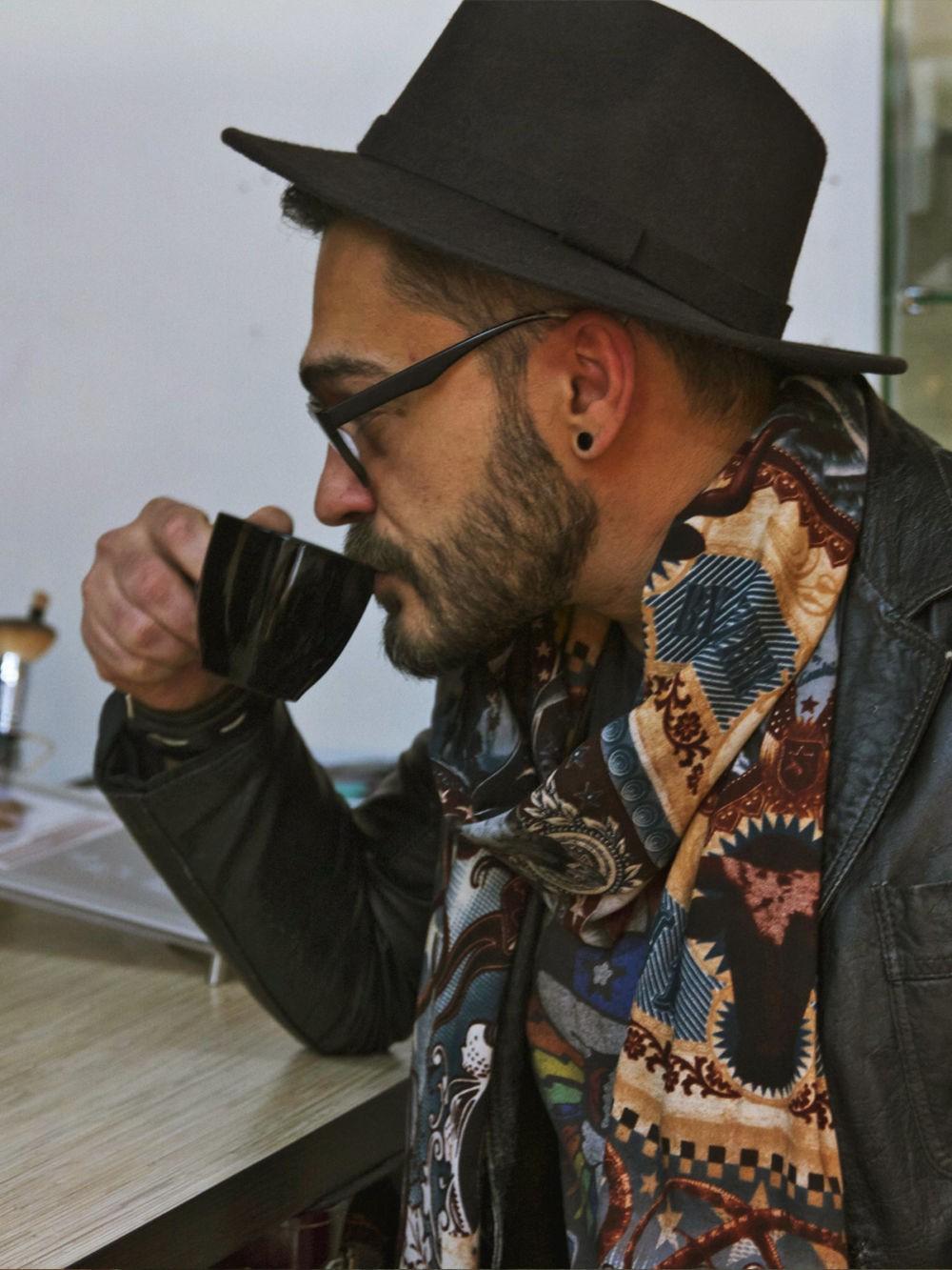 Как носить: шарф яркий в принт вокруг шеи