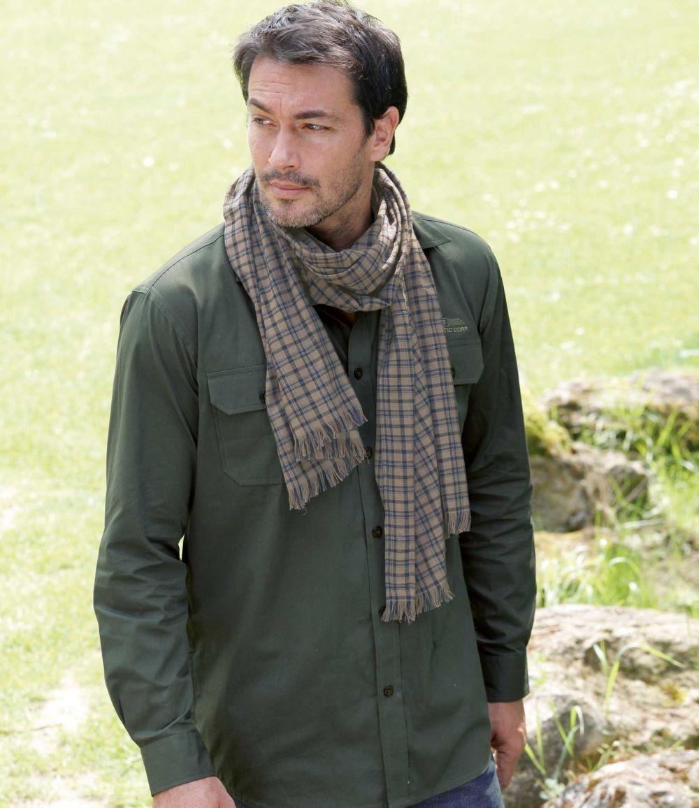 Как носить: светлый шарф в клетку вокруг шеи