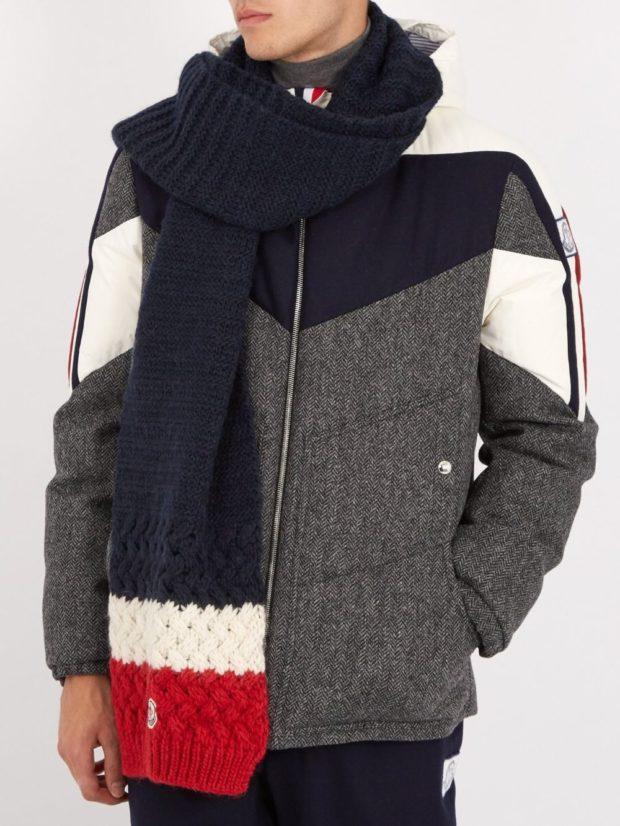 Как носить шарф мужчине: синий вязаный с бело-красными краями вокруг шеи