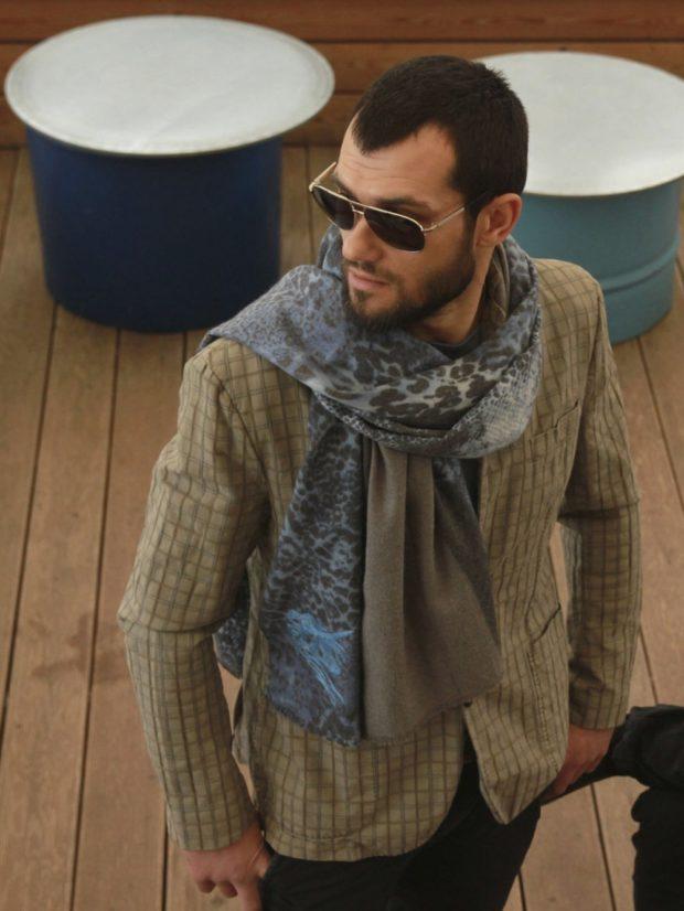 Как носить шарф мужчине: сине-серый в принт