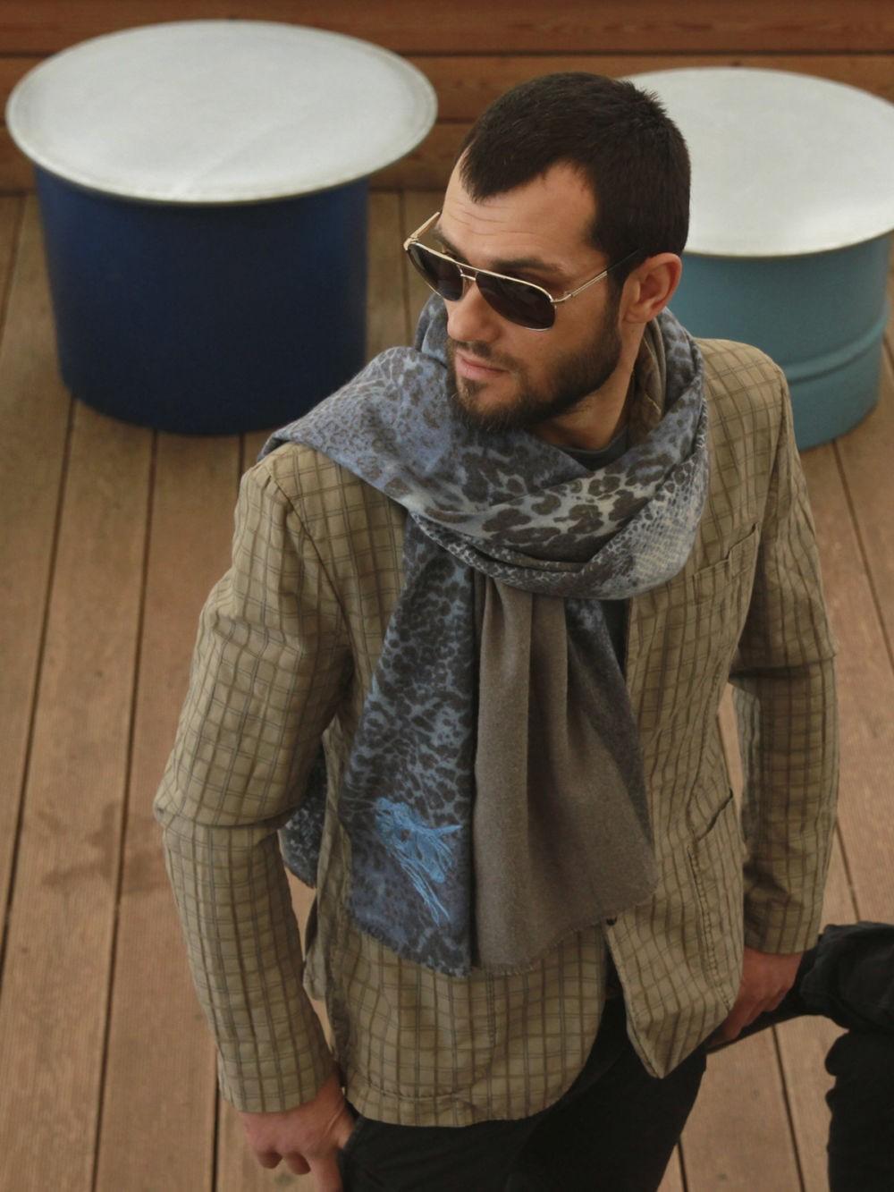 Как носить: шарф сине-серый в принт
