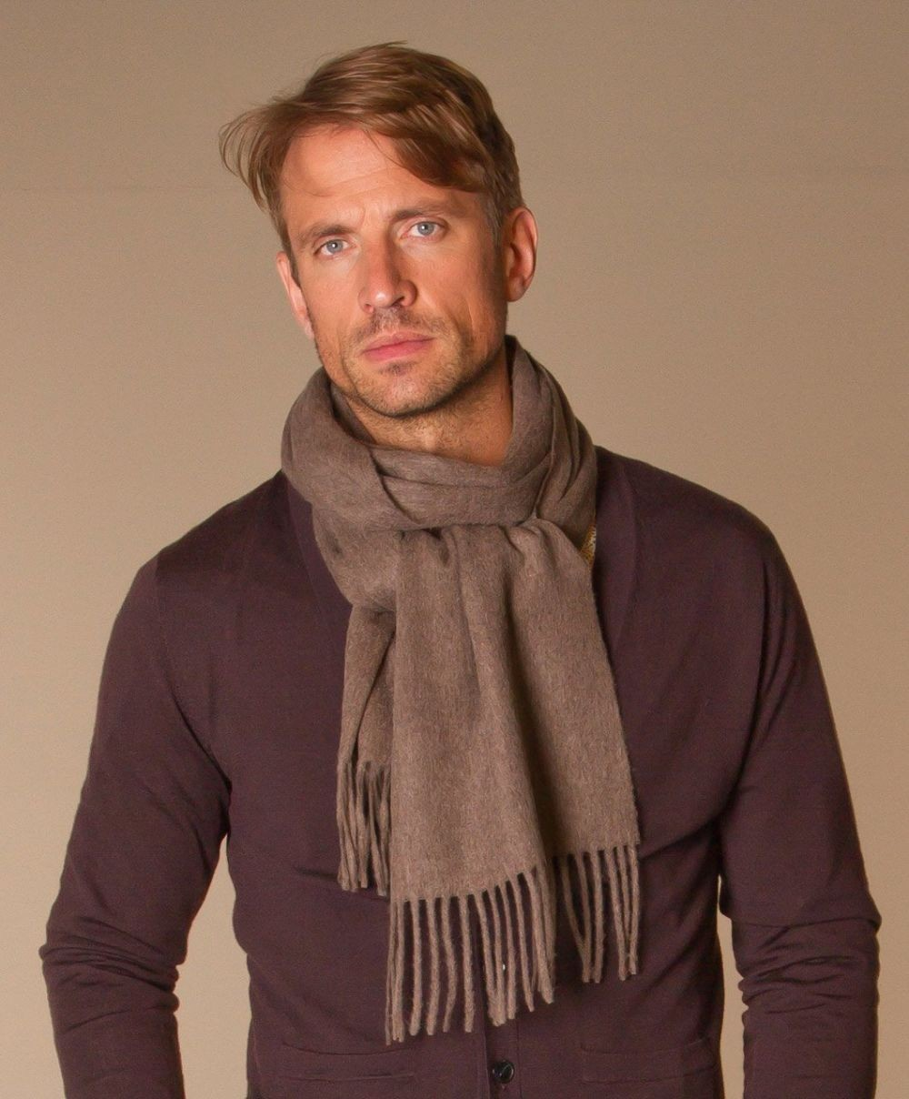 коричневый шарф с бахромой два оборота вокруг шеи