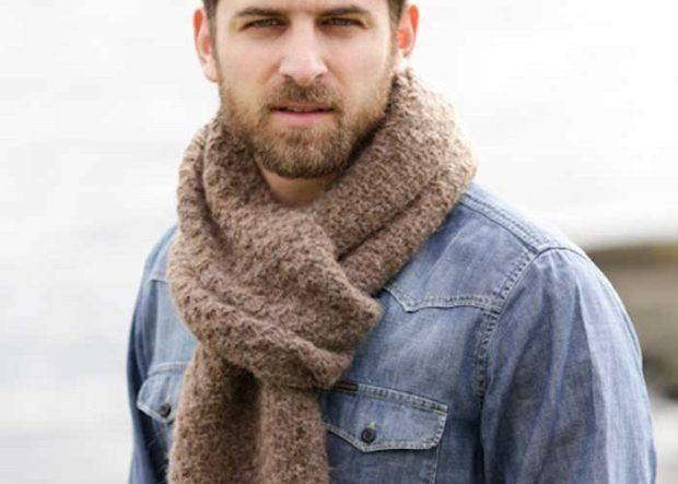 шарф коричневый завязан в узел