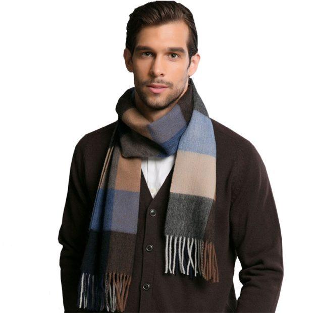Как носить шарф мужчине: в клетку оборот вокруг шеи