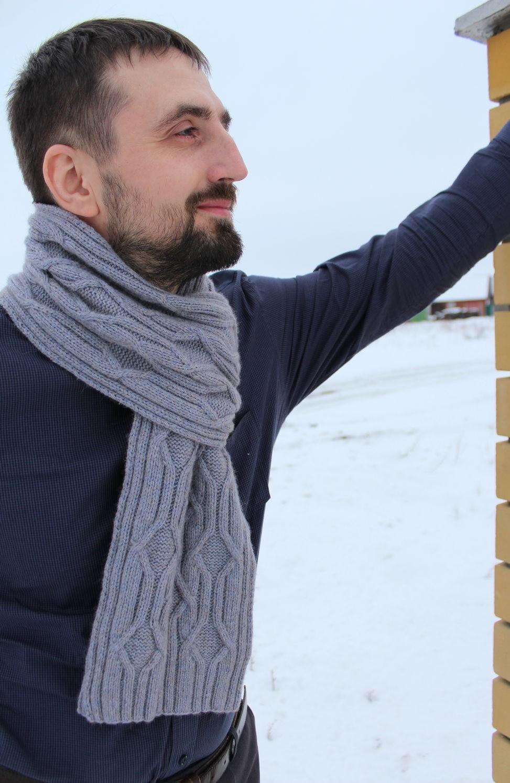 серый вязаный шарф в узор