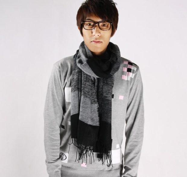 трикотажный шарф серый с черным с бахромой