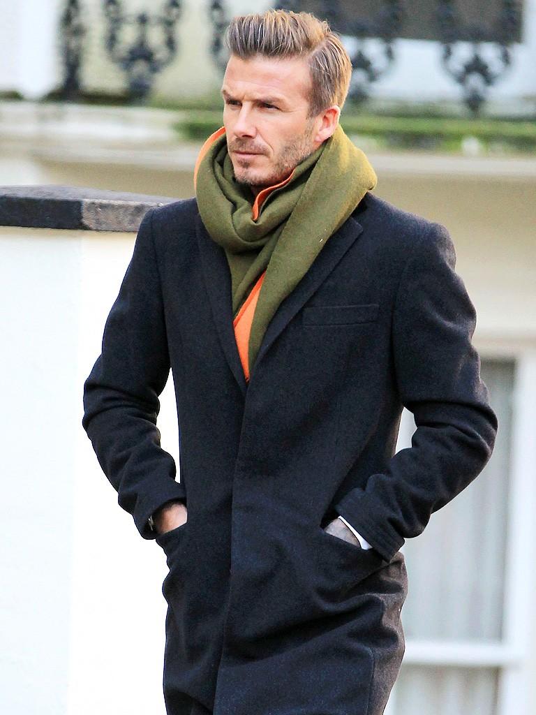как носить мужчине шарф зеленый с оранжевым под пальто