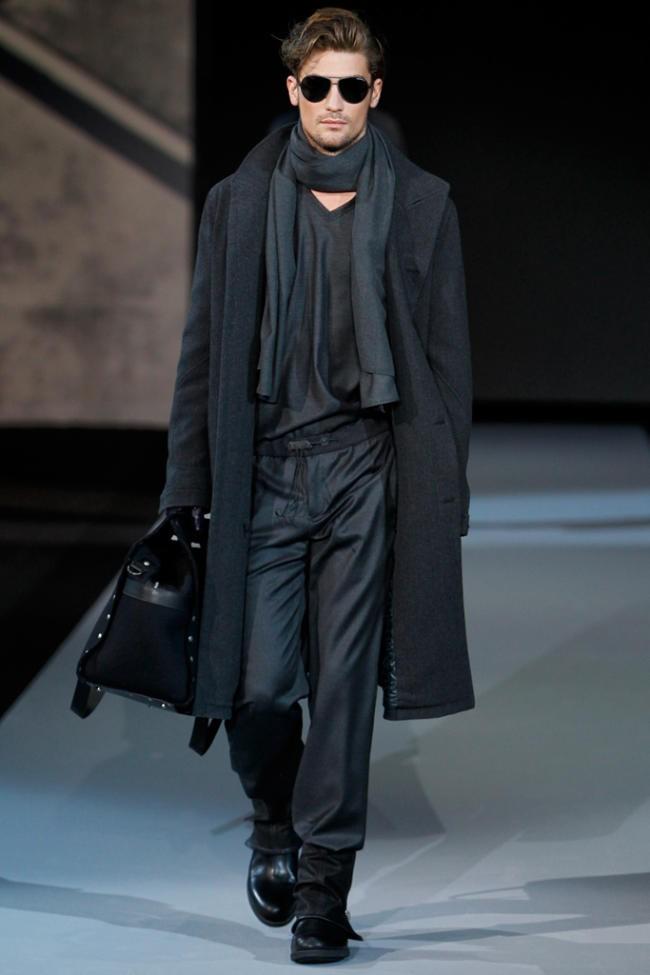 черный тканевый шарф под пальто