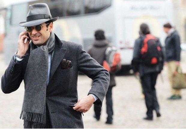 как носить мужчине серый шарф с бахромой под пальто