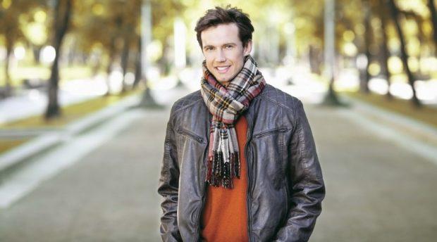 как носить шарф мужчине в клетку под куртку кожаную