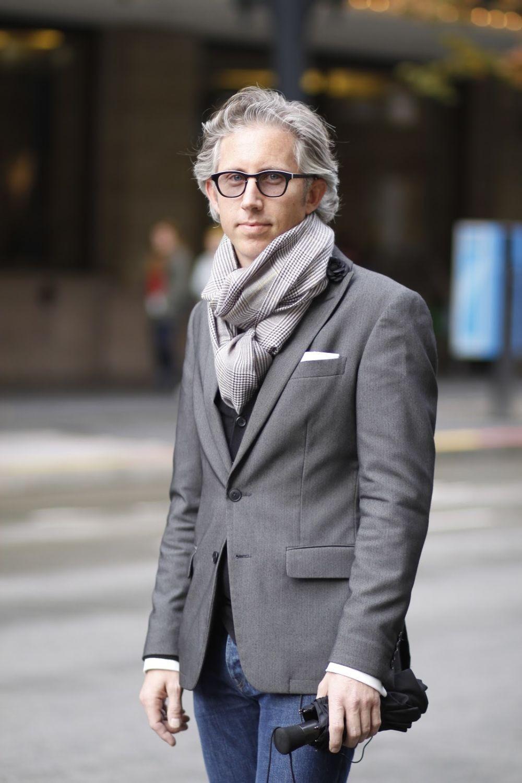 серый шарф под серый пиджак