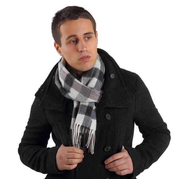 Как носить: шарф в клетку завязан как галстук