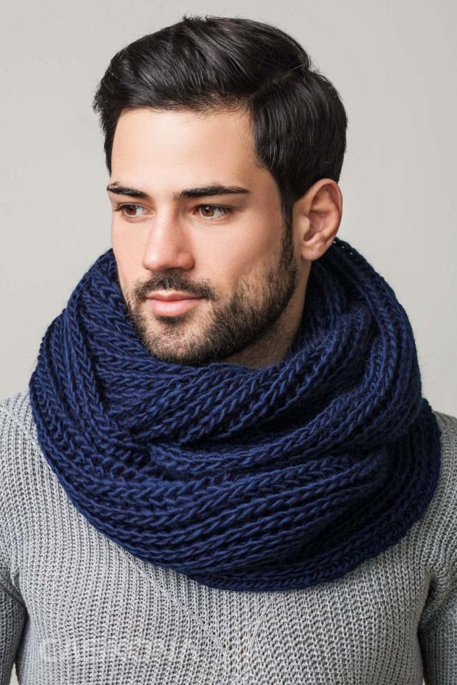 как носить шарфы мужчине синий объемный вязаный