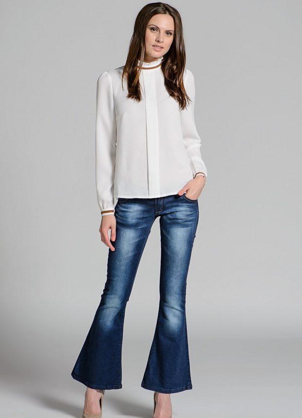 какие джинсы в моде в 2018-2019 женские: клеш синие потертые