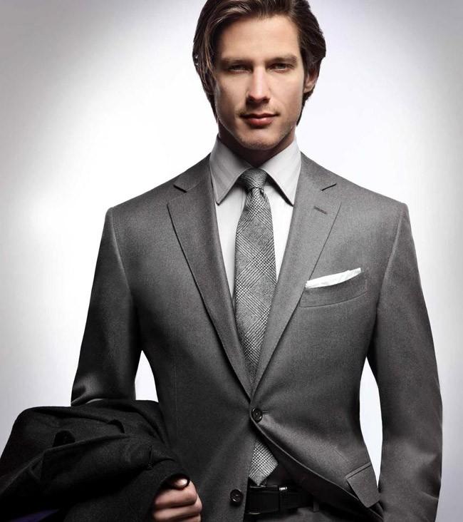 серый костюм классика