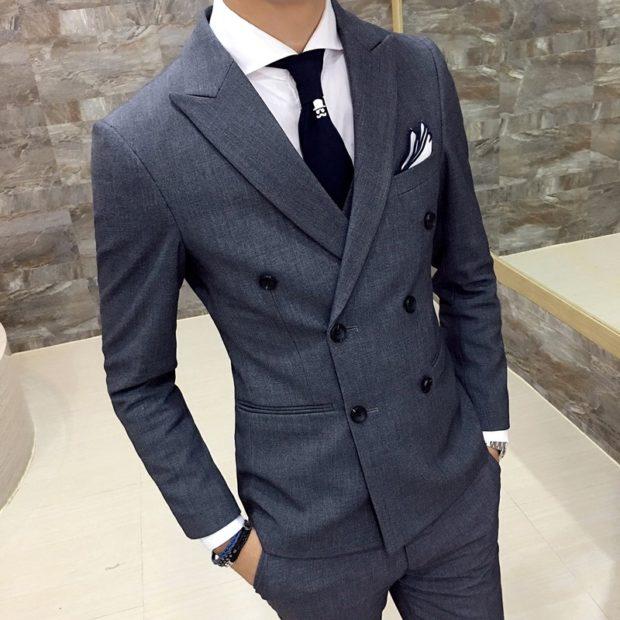 серый двубортный костюм классика