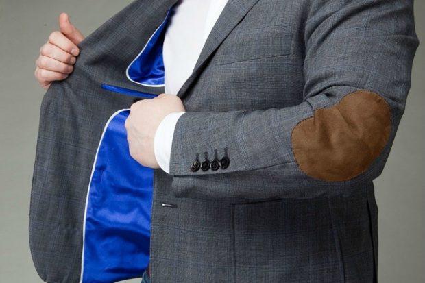 серый пиджак с заплатой кожаной