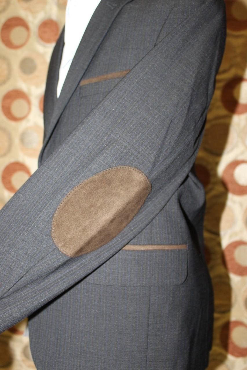 серый пиджак с заплатами коричневыми
