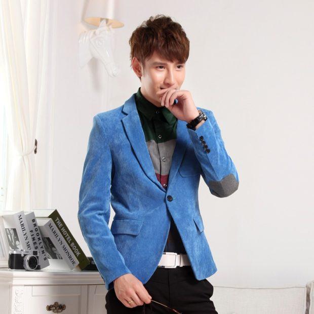 синий бархатный пиджак заплата серая брюки черные