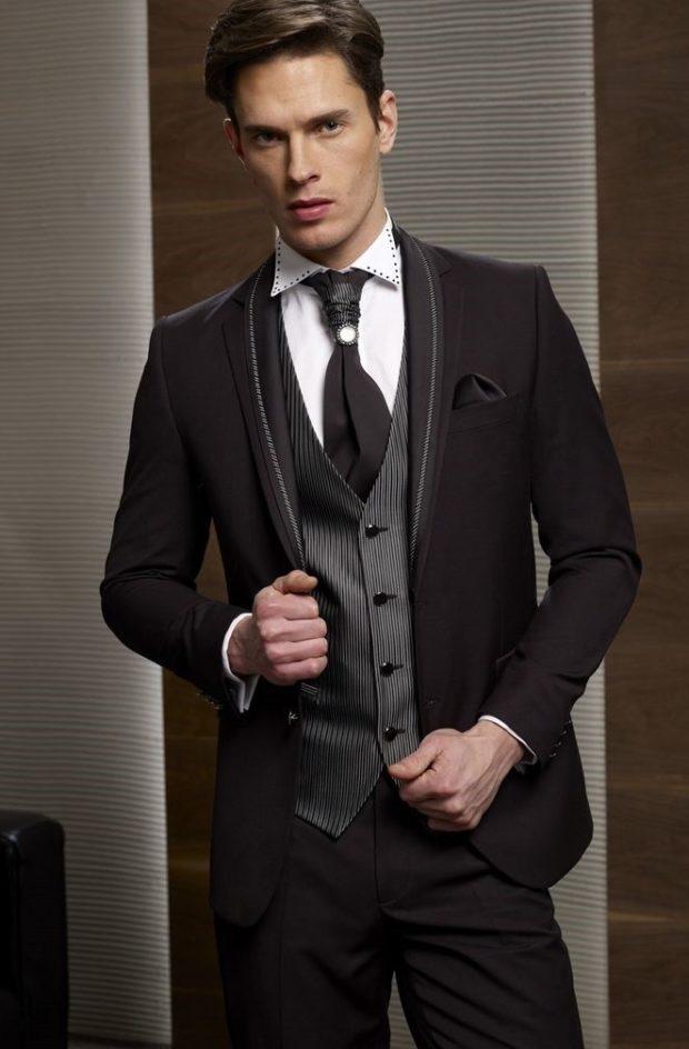 костюм на выпускной для парня 2018-2019: коричневый тройка с полосатой рубашкой