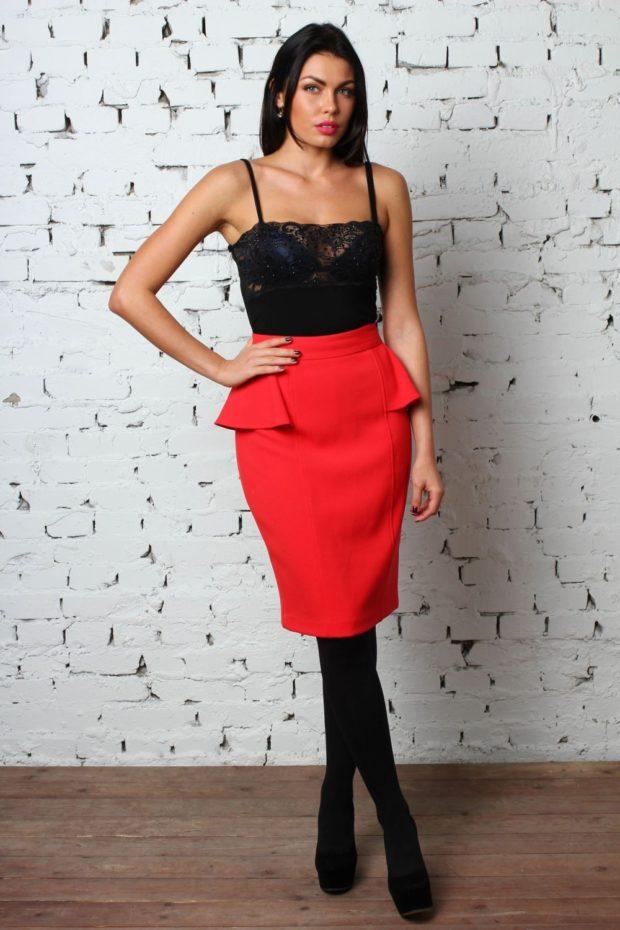 Красная юбка с чем носить: с баской под топ