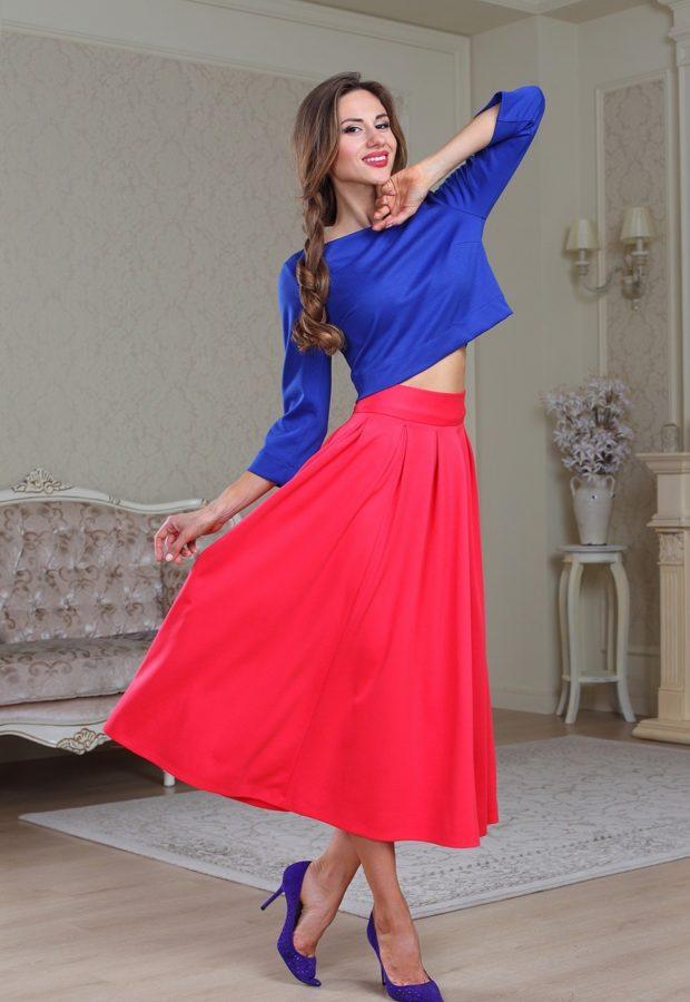 Красная юбка с чем носить: миди с поясом под топ