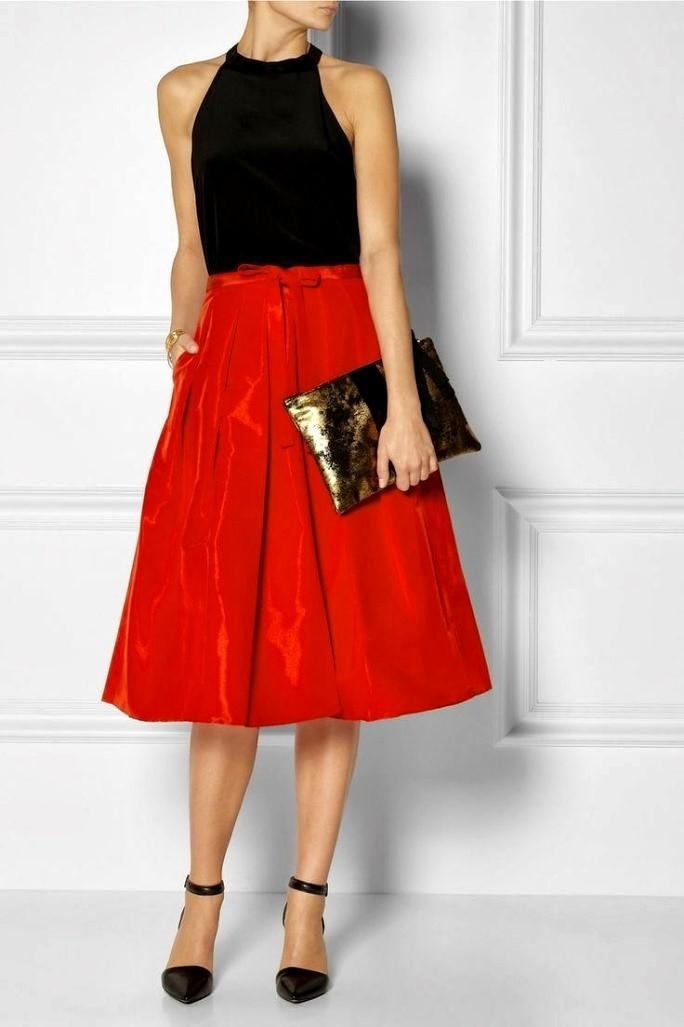 Красная юбка с чем носить: по колено под черный топ