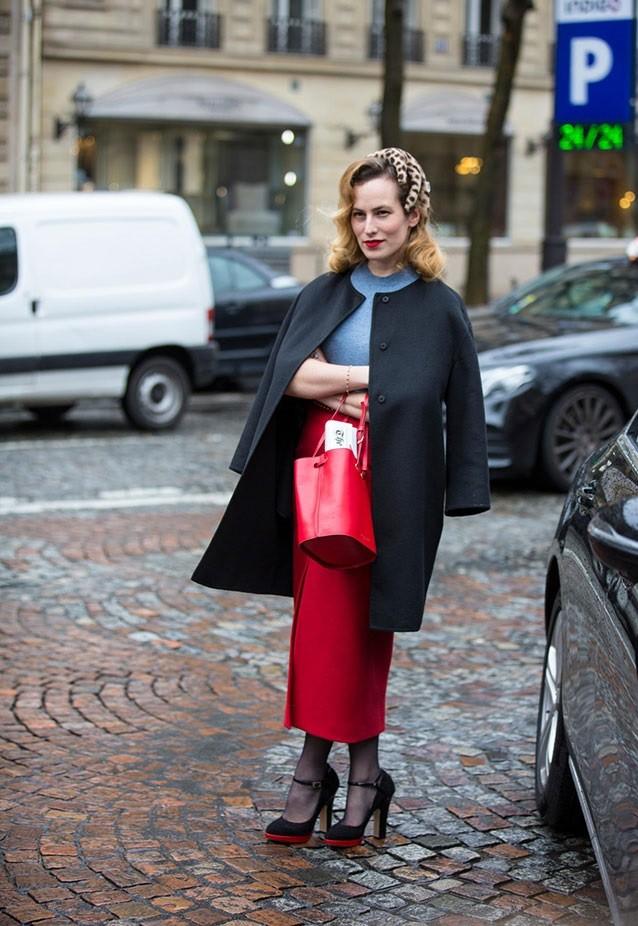 юбка красная макси под пальто черное