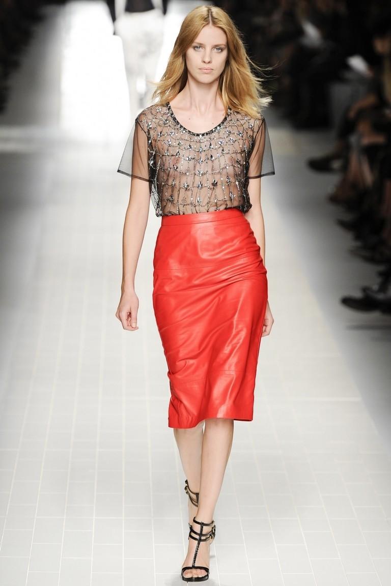 юбка кожаная красная под черную блузку