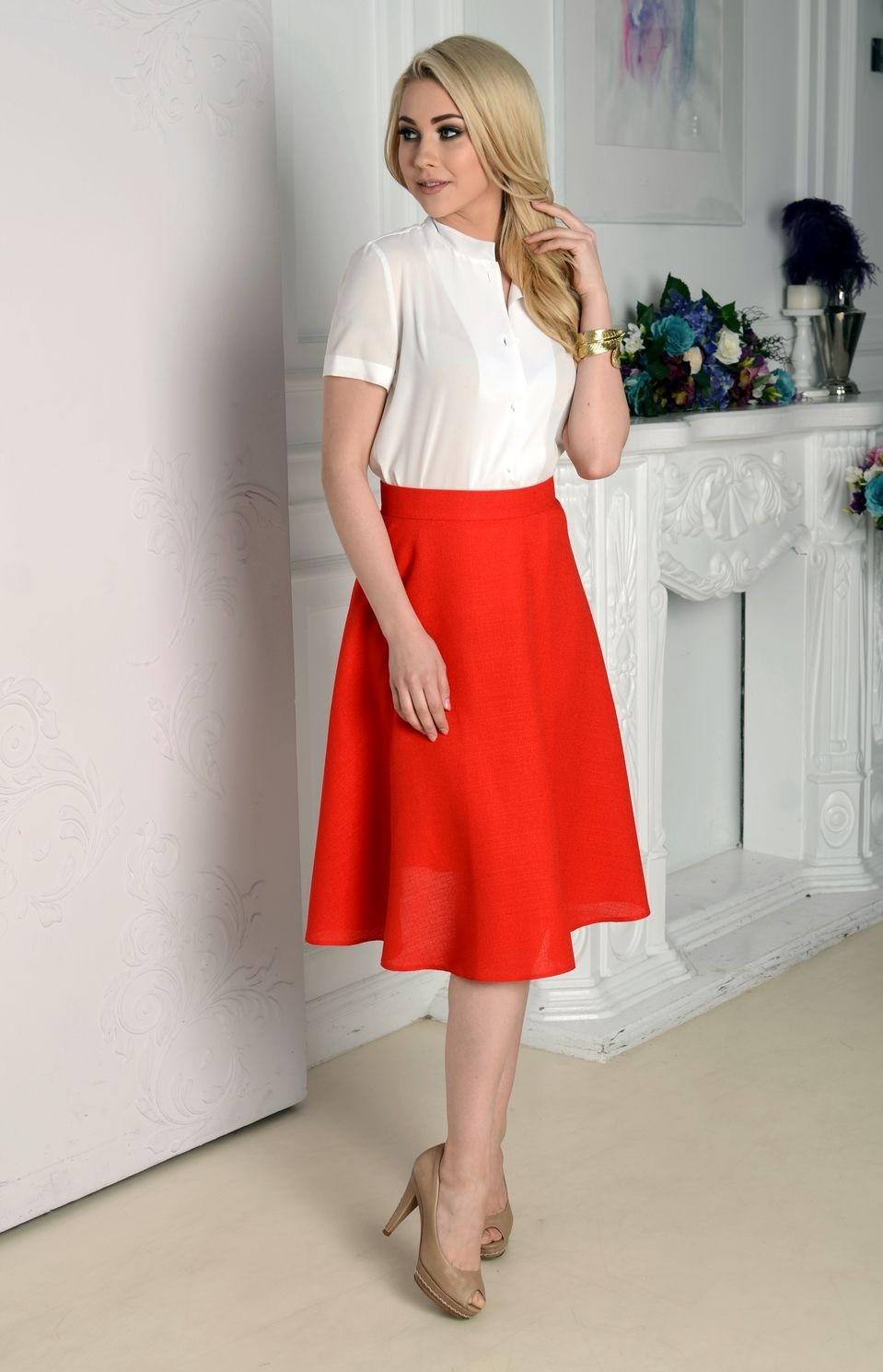 Красная юбка с чем носить: а силуэт по колено под блузку белую